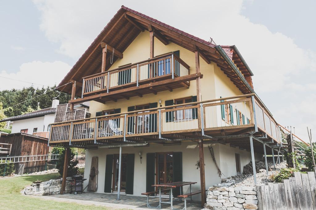 Wohnhaus mit Balkon