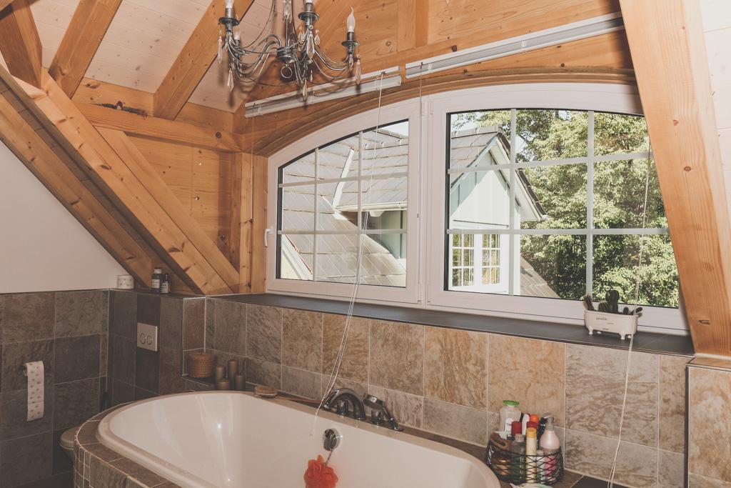 Bad mit Dachgaube und Sichtbalken